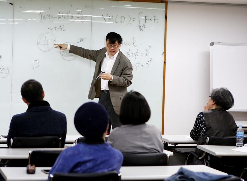 이승목 강사의 설명을 경청하고 있는 수강생들. 김선식 기자