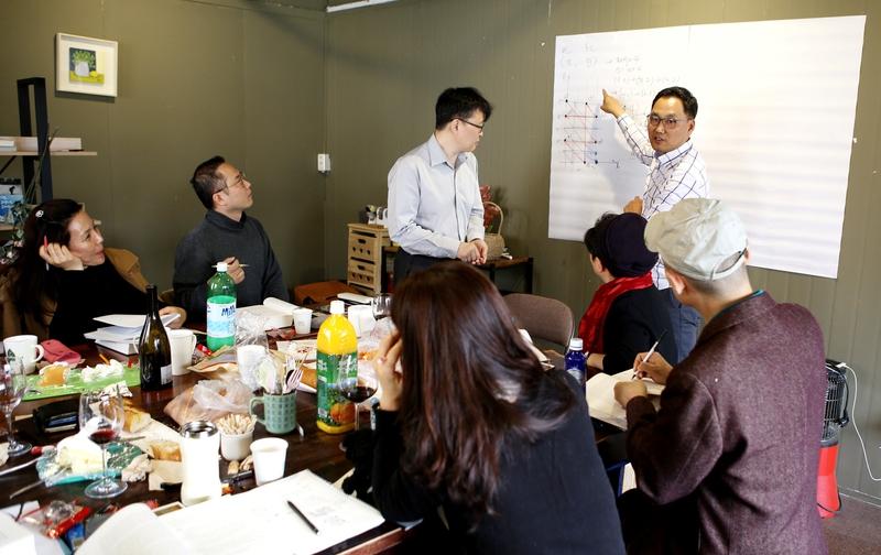 강병수 '수학 지옥' 회원이 연습문제 풀이법을 설명하고 있다. 김선식 기자