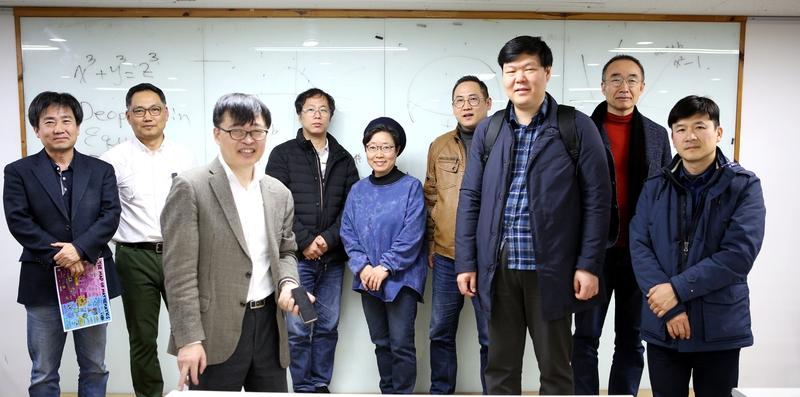 '어른을 위한 현대수학' 수강생들과 이승목(왼쪽 세번째) 강사. 김선식 기자