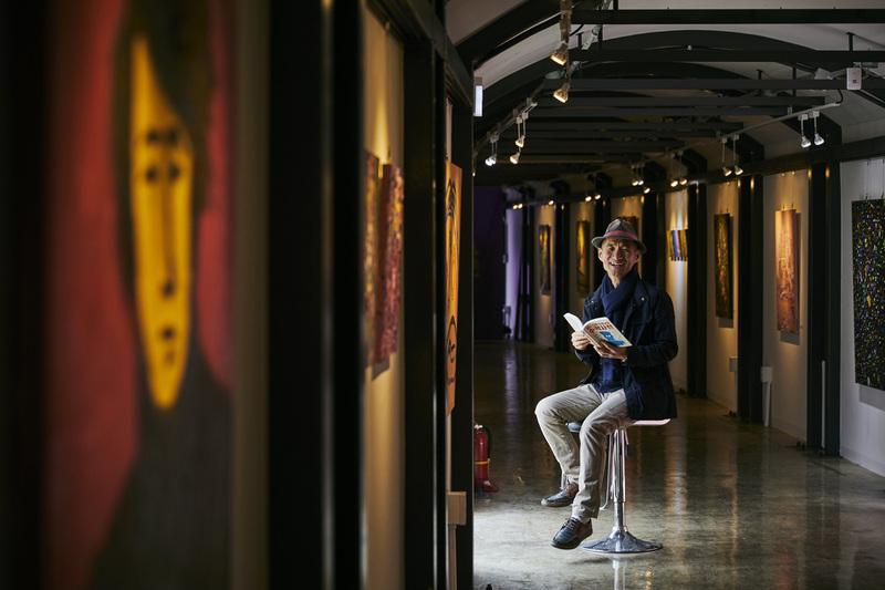김용관 작가가 경의선 책거리에 있는 한 미술 전시관에서 활짝 웃고 있다. 사진 윤동길(스튜디오 어댑터 실장)