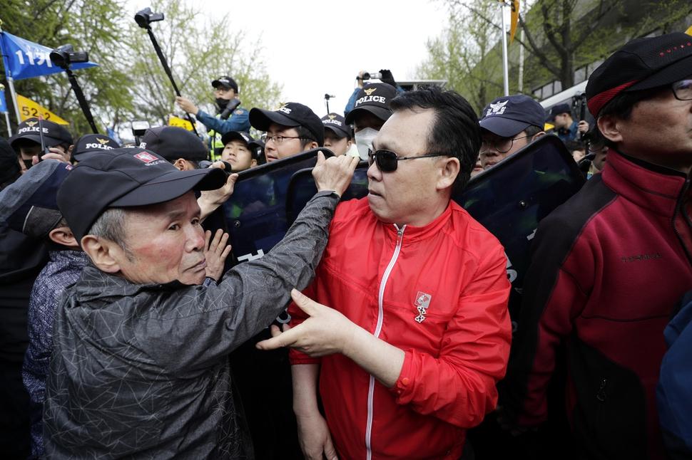 20일 오후 청와대 들머리에서 `문재인 STOP, 국민이 심판합니다' 규탄대회 참석자들이 경찰 통제선을 뚫고 경찰들과 몸싸움을 하고 있다. 김명진 기자 littleprince@hani.co.kr