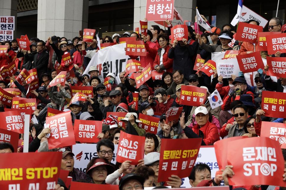 자유한국당이 20일 오후 서울 종로구 세종문화회관 앞에서 `문재인 STOP, 국민이 심판합니다' 규탄대회를 하고 있다. 김명진 기자 littleprince@hani.co.kr