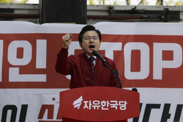 황교안 자유한국당 대표가 20일 오후 서울 종로구 세종문화회관 앞에서 열린 집회에서 연설하고 있다. 김명진 기자 littleprince@hani.co.kr