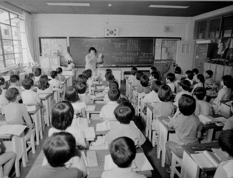 1970년대의 초등학교 수업 풍경. 좁은 통로에 교탁 바로 앞까지 책상을 배치했다. 국가기록원 제공