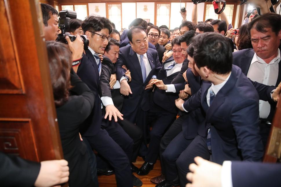 문희상 국회의장이 24일 오전 국회의장실을 항의방문한 자유한국당 의원들을 피해 의장실을 나가고 있다. 공동취재사진