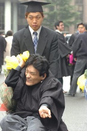 2006년 2월 박종열씨가 휠체어를 밀며 최승규씨와 함께 광주대 졸업식장에 가고 있다.