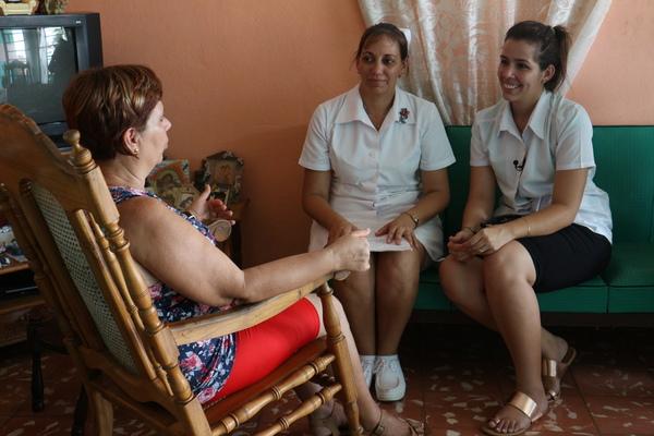 쿠바는 1923년 세계 최초로 천연두를 근절하고, 1950년 소아마비 접종을 제도화했다. 사후대책보다 예방에 집중하는 의료 선진국이다. 지역마다 1차 진료를 책임지는 '패밀리 닥터'가 주기적으로 주민들의 집에 방문해 생활 습관과 주거 환경까지 점검하고 조언한다. 사진 배진희 교수