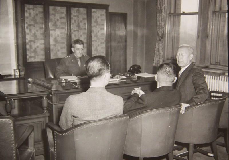 미군정은 1945년 말부터 이승만을 중심으로 우익세력의 통합을 추구했다. 이런 분위기에서 하지 미군 사령관의 정치고문 굿펠로는 이승만에게 정치자금 특혜를 주선했다. 사진은 1945년 11월28일 미군정 사령관인 하지 중장이 우익진영의 대표자 격인 이승만(맨 오른쪽)과 김구(중앙)를 면담하고 있는 모습이다. 맨 왼쪽은 이승만의 비서. 국사편찬위원회 소장