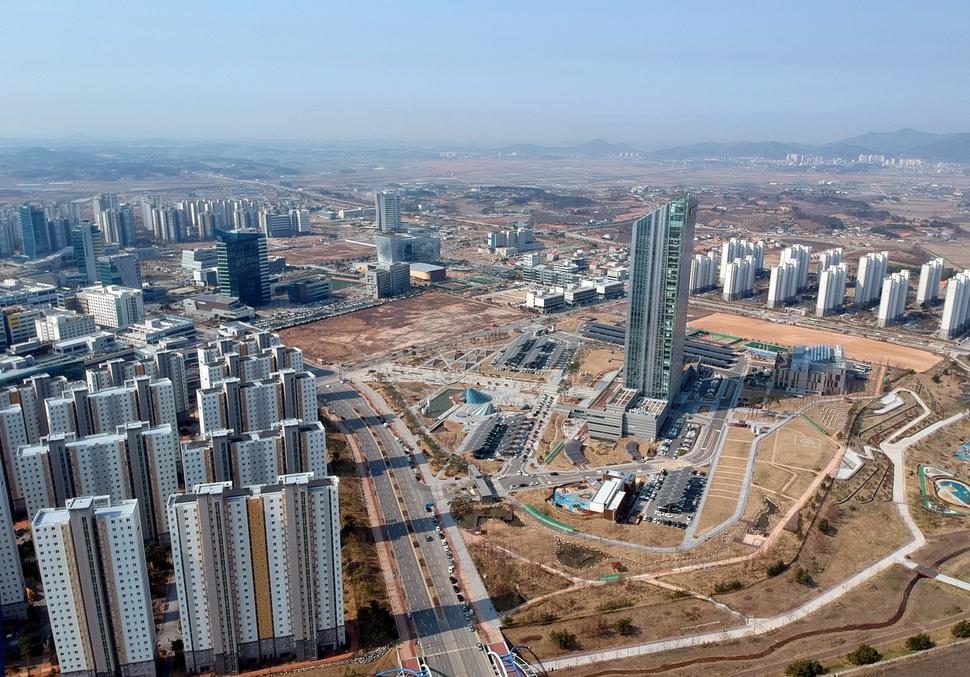 혁신도시 가운데 가장 규모가 큰 나주의 광주전남 혁신도시. 오른쪽 높은 건물이 한전 본사. 나주/ 김봉규 선임기자 bong9@hani.co.kr