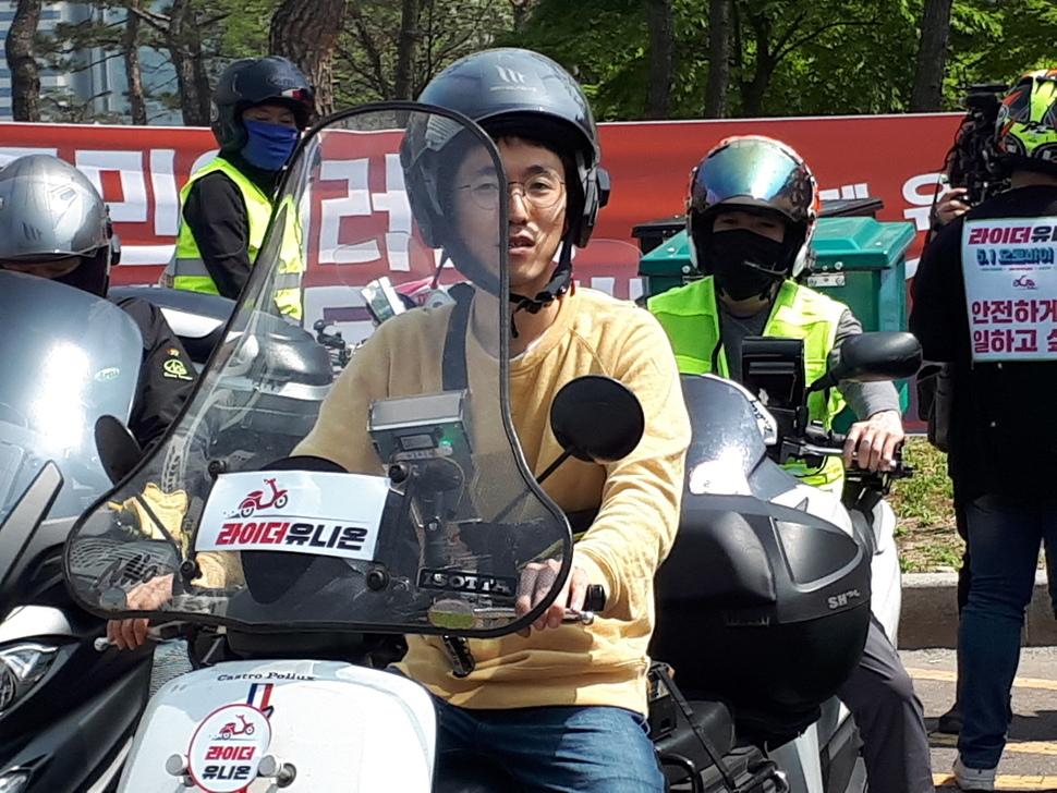 노동절인 5월1일 서울 여의도 국회 앞 광장에서 노동조합(라이더 유니온) 출범식을 마친 배달노동자들이 박정훈 위원장(가운데)을 선두로 오토바이 행진에 나서고 있다.
