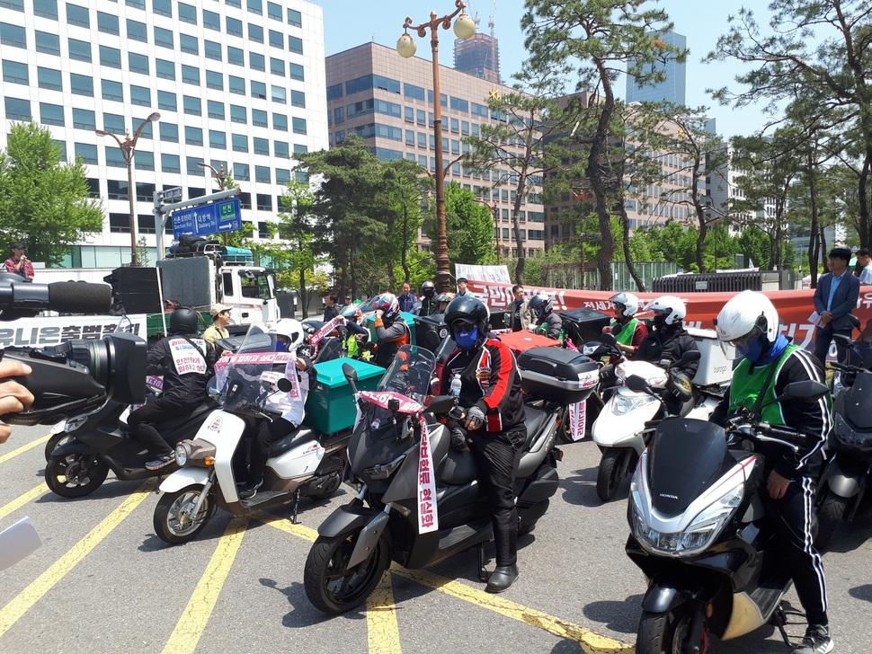 5월1일 국회 앞 광장에서 노동조합 출범식을 마친 배달노동자들이 '보험료 현실화' 등의 구호가 적힌 오토바이를 타고 시가행진을 벌이고 있다.
