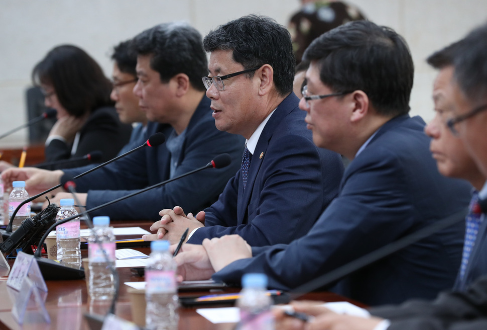 Unification minister discusses aid to N. Korea with private sector and religious groups
