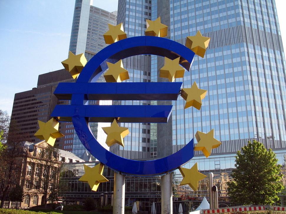 현대통화이론 등 보다 적극적인 재정정책을 주장하는 목소리가 높아지면서 중앙은행의 입지가 흔들릴 것이라는 우려도 커진다. 사진은 독일 프랑크푸르트에 있는 유럽중앙은행(ECB) 건물. 위키미디어 코먼스