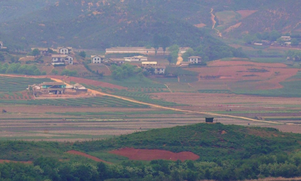 [News analysis] How will N. Korea respond to business owners' Kaesong visit and food aid?