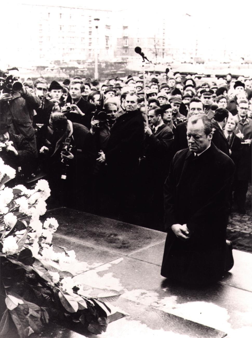 빌리 브란트 서독 총리가 1970년 12월 폴란드 바르샤바를 방문해 1943년 발생한 유대인 봉기와 희생을 기리는 위령탑 앞에 무릎 꿇고 앉았다. 재레드 다이아몬드 교수는 일본과는 달리 독일이 나치의 과거를 인정함으로써 이웃 국가들과 정직한 관계를 회복할 수 있었다고 본다. 연합뉴스