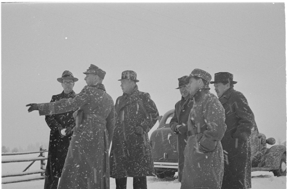 """1939년 11월26일 소련은 핀란드와 국경지대인 마이니라에서 """"핀란드군이 발사한 7발의 포탄으로 13명의 소련군이 사상 당했다""""고 주장했다. 이 일로 양국간 위기가 고조돼 소련은 핀란드를 침공해 '겨울전쟁'이 벌어진다. 사건 3일 뒤인 29일 외신 기자들이 마이니라에서 소련군 관계자의 설명을 듣고 있다. 출처 위키미디어코먼스"""
