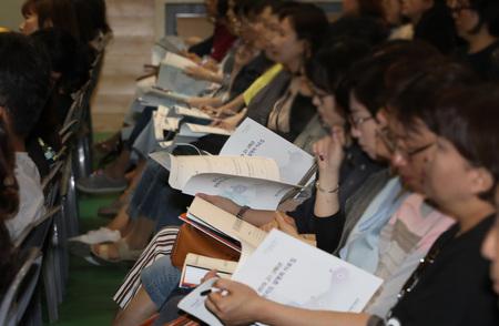 지난달 31일 오후 서울 한국외국어대에서 열린 서울시교육청의 '2019 고1·2학년 진학지도 설명회'에서 학부모·교사들이 설명에 귀를 기울이고 있다. 올해 고1부터 학생부 기재 요령과 분량 등 바뀐 사항이 많아 주의해야 한다.  연합뉴스