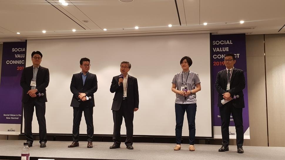 '장애인 고용과 CSV' 세션에서 이진희 대표는 'FIT TO PEOPLE'이라는 주제로 발표했다. 사진 오른쪽에서 두번째가 이진희 대표.