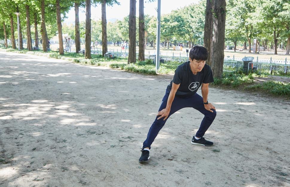지난달 29일, 서울 성수동 서울숲에서 '아디다스 러너스 서울' 박성찬 코치가 달리기 전 몸을 풀고 있다. 사진 경지은(스튜디오 어댑터)