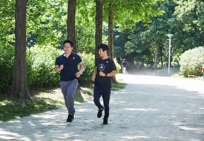 지난달 29일, 서울숲에서 김선식 기자가 달리는 자세를 지켜보는 박성찬 코치(오른쪽). 사진 경지은(스튜디오 어댑터)