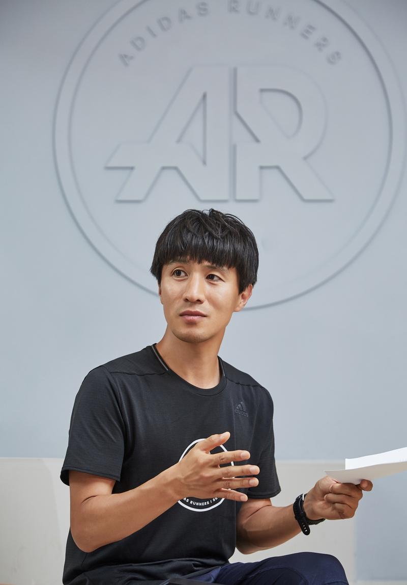 지난달 29일 '런베이스 서울'에서 달리는 자세를 설명하고 있는 박성찬 코치. 사진 경지은(스튜디오 어댑터)