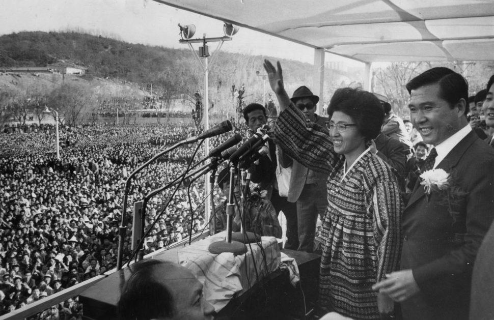 1971년 대통령 선거 때 장충단공원 유세에 나선 김대중 전 대통령과 이희호 여사. 김대중평화센터 제공