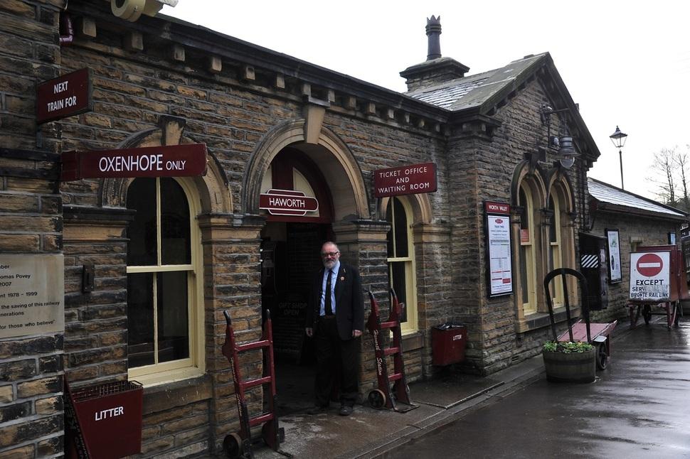 샬럿 브론테와 에밀리 브론테 자매의 고향인 영국 요크셔의 하워스 기차역 역무원 할아버지의 인자한 미소. ⓒ이승원 작가