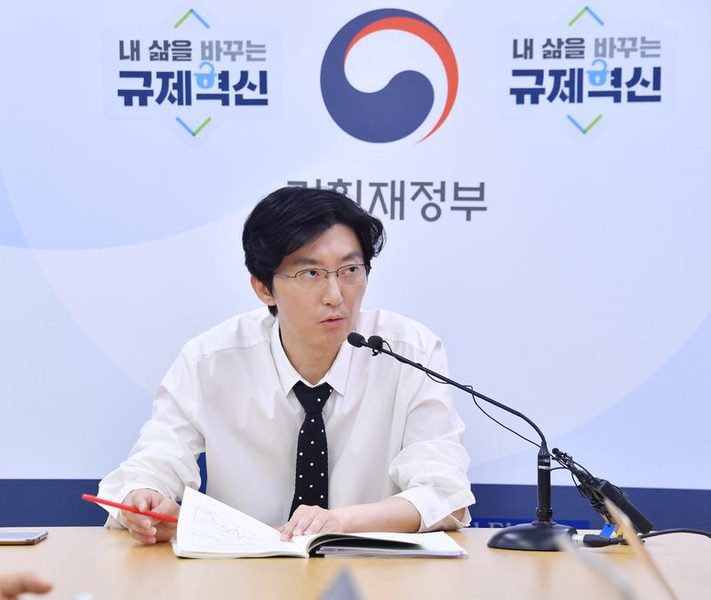 홍민석 기획재정부 경제분석과장이 14일 오전 정부세종청사 기자실에서 최근 경제 동향에 대해 설명하고 있다. 기획재정부 제공