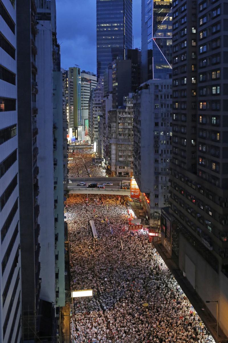 홍콩 정부가 추진 중인 범죄인 인도 개정법안에 반대하는 홍콩 시민들이 지난 9일 대규모 시위행진을 벌이고 있다. 이 집회에는 주최 쪽 추산으로 100만명 넘는 시민이 참여했고, 이는 홍콩이 1997년 영국에서 중국으로 반환된 뒤 최대 규모다. 홍콩/AP 연합뉴스