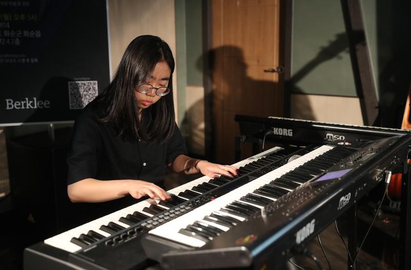 지난 3월 버클리 음대에서 합격통지서를 받은 정결(16)이 지난 10일 전남 화순군 화순읍 '아트포'에서 피아노를 치고 있다. 화순/강창광 기자 chang@hani.co.kr