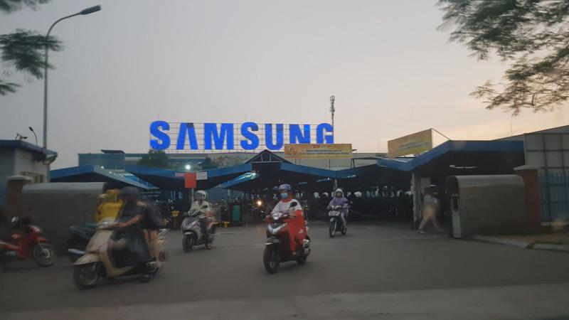 베트남 박닌 삼성전자 공장 노동자들이 지난 5월14일 오후 오토바이를 타고 공장 정문을 빠져나오고 있다.  박닌/조소영 <한겨레티브이> 피디 azuri@hani.co.kr