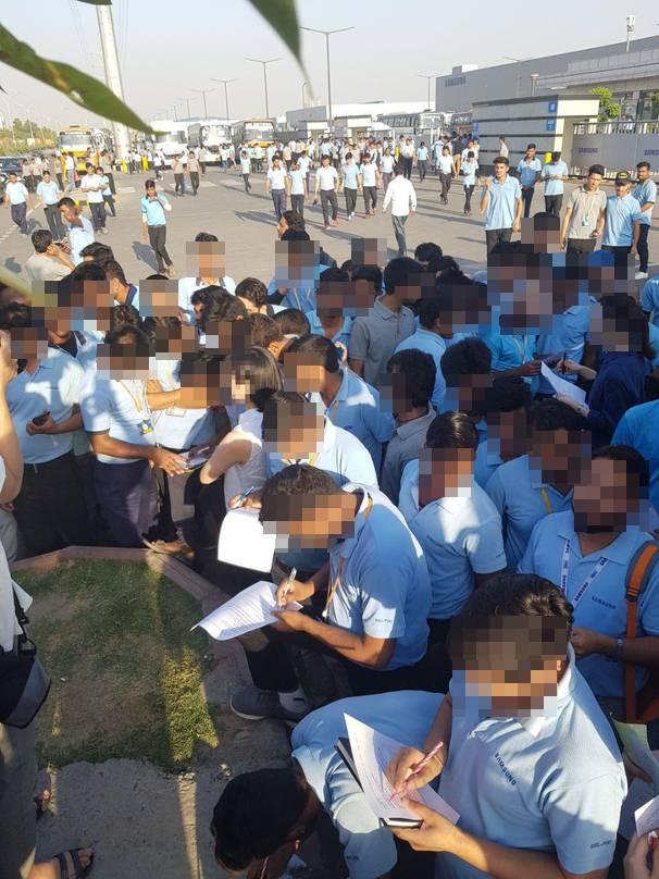 인도 노이다 삼성전자 공장 노동자들이 지난달 22일 공장 앞에서  취재진의 설문조사에 응하고 있다. 노이다/조소영  피디 azuri@hani.co.kr