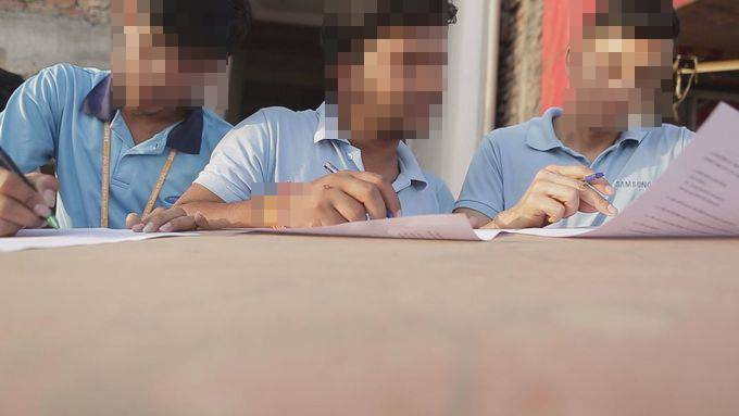 는 삼성전자 아시아 공장의 노동환경 실태를 조사하기 위해 3개국 노동자 129명을 만났다. 언론사 가운데는 국내외를 통틀어 최초의 시도다. 사진은 지난달 22일 인도 삼성 노이다 공장 앞에서 설문조사를 진행하고 있는 모습. 노이다/조소영 피디 azuri@hani.co.kr