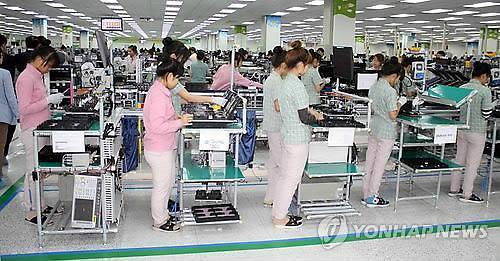 베트남 박닌 삼성전자 공장 내부 모습. 휴대폰 제조는 노동자 1명이 부품을 앞에 늘어놓고 종일 서서 조립하는 공정으로 이뤄진다. 연합뉴스