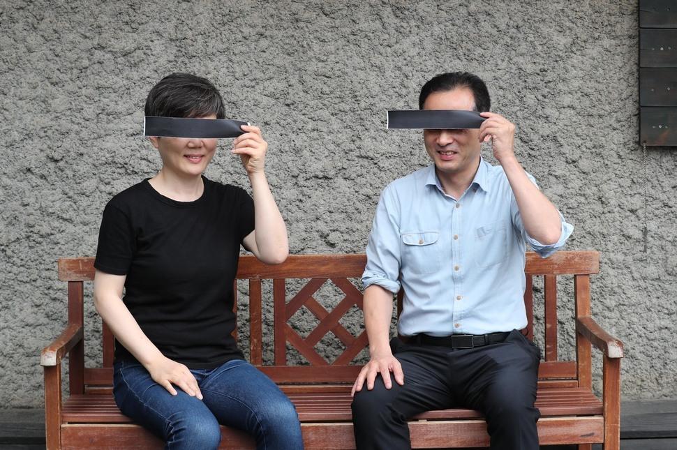 18일 오후 `기생충이 남긴 것들'을 주제로 대담을 하기 위해  서울 마포구 한겨레 사옥을 찾은 손성은 정신과 전문의(왼쪽)와 김찬호 사회학자가 영화 <기생충> 포스터를 패러디한 포즈를 취하고 있다. 백소아 기자 thanks@hani.co.kr