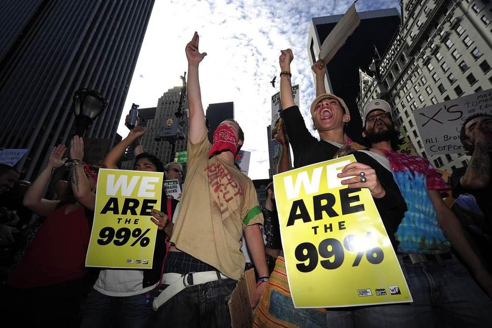 '월가를 점령하라' 시위대가 2011년 10월11일 미국 뉴욕 맨해튼의 부유층 거주지역에서 시위를 벌이고 있다. 뉴욕/AFP 연합뉴스