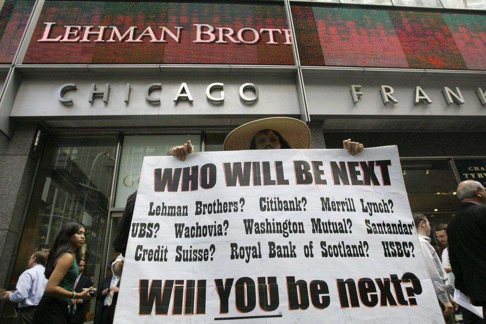 158년의 역사를 자랑하는 투자은행 리먼 브러더스가 2008년 9월15일 파산 신청을 낸 뒤, 한 시민이 미국 뉴욕에 있는 이 은행의 본사 건물 앞에서 '다음 차례는 누구?'라고 쓴 팻말을 들고 서 있다. 뉴욕/AP 연합뉴스