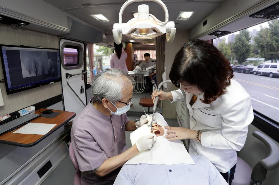 '건강사회를 위한 치과의사회' 회원들이 30일 오후 경기 평택시 칠괴동 쌍용자동차지부 앞에서 조합원에게 치료를 하고 있다. 평택/김명진 기자