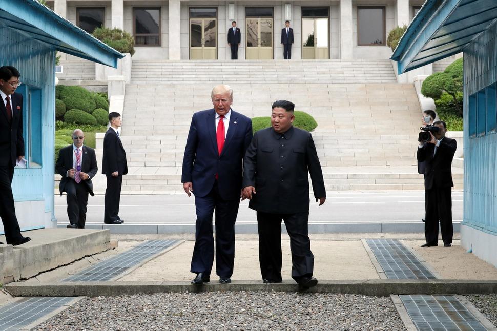 도널드 트럼프 미국 대통령이 30일 판문점을 방문. 김정은 북한 국무위원장과 함께 군사분계선을 넘어 오고 있다. 청와대사진기자단