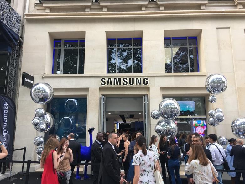 프랑스 파리 중심가인 샹젤리제 거리에 있는 삼성전자 체험관에 이용객의 발길이 이어지고 있다. 삼성전자는 프랑스에서 지난 1년 사이 브랜드자산가치와 소비자 선호도 조사에서 1위를 차지했다. 연합뉴스