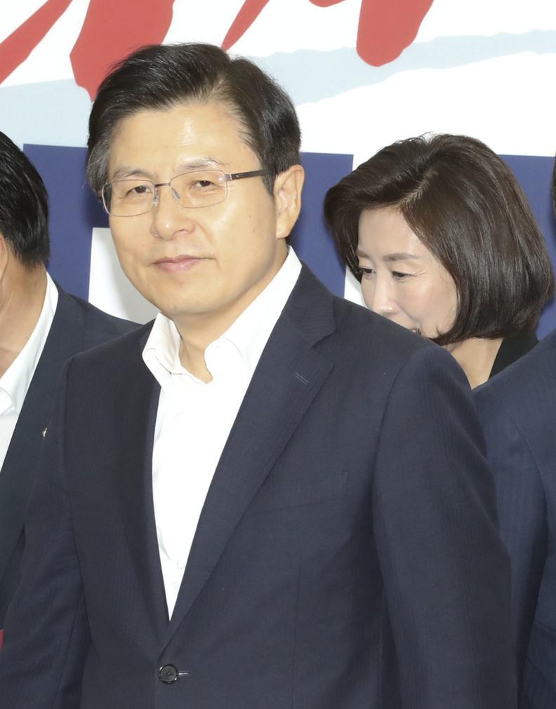 황교안 자유한국당 대표가 1일 국회에서 열린 최고위원회의에 들어서고 있다. 연합뉴스