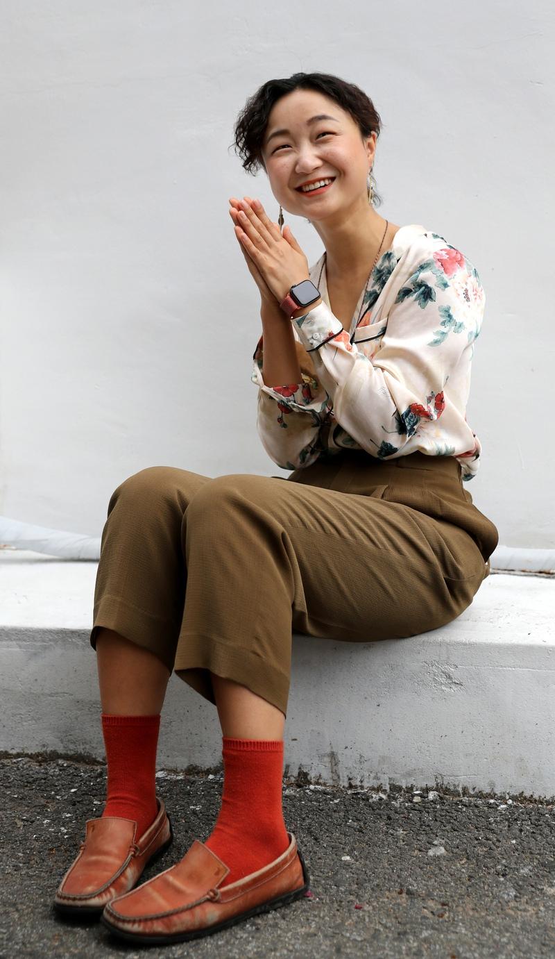 지난달 23일 서울 마포구 망원동에서 이슬아 작가가 <한겨레>와 인터뷰를 하고 있다. 강재훈 선임기자 khan@hani.co.kr