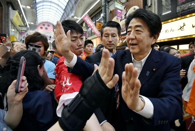 지난 7일 오사카에서 참의원 선거 유세를 하는 아베 총리. 연합뉴스