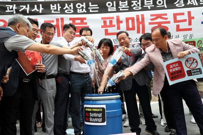 한국중소상인자영업자총연합회 회원들이 15일 오전 서울 종로구 옛 주한 일본대사관 앞에서 과거사 반성 없는 일본의 무역보복을 규탄하고 일본제품 판매중단 확대선포 기자회견'을 열고 있다. 이들은 담배 및 주류 위주로 판매중단 운동을 벌이다 13일부터 음료, 조미료 및 소스류 등으로 범위를 확대했다고 밝혔다. 기자회견을 마친 뒤 일본업체의 상표 및 음료와 맥주를 쓰레기통에 버리는 퍼포먼스도 벌였다. 김봉규 선임기자 bong9@hani.co.kr