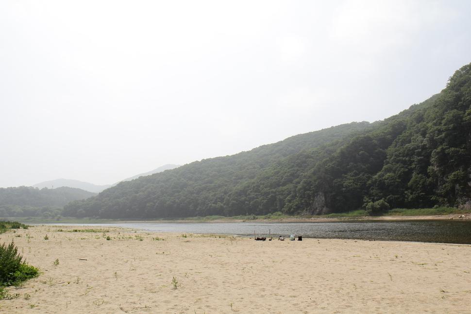 세종보와 공주보 개방으로 금강가에 모래톱이 되살아 났다. 최예린 기자
