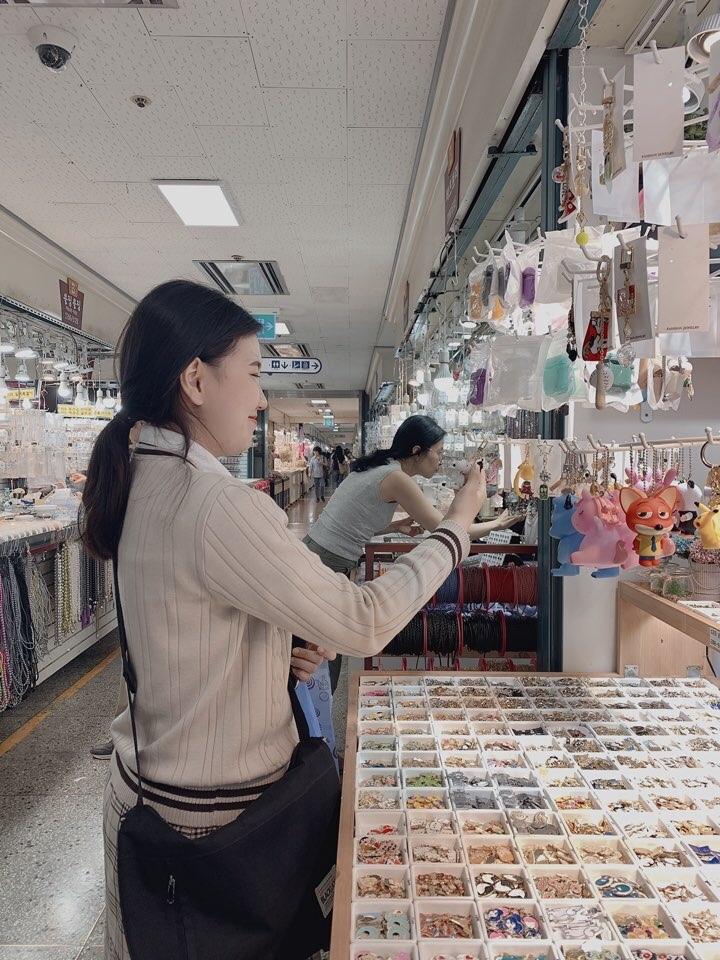 전지우 학생이 서울 시내 시장을 돌아다니며 아이템 조사를 하고 있다. 선일이비즈니스고 제공