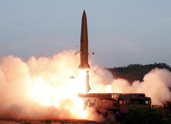 북한이 6일 오전 황해남도 과일군 일대에서 단거리 탄도미사일로 추정되는 발사체를 쏘았다. 사진은 지난달 26일 <조선중앙텔레비전>이 보도한 신형 전술유도무기(단거리 탄도미사일) 발사 모습. 연합뉴스