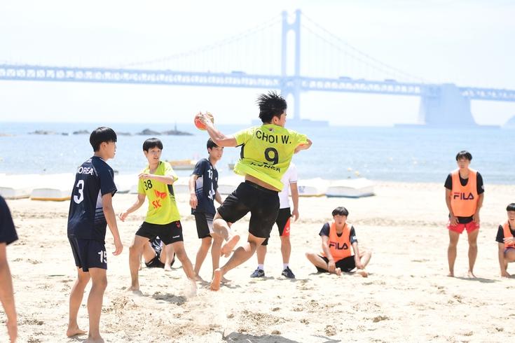 국가대표 후보 선수들이 8일 부산 광안리해수욕장에서 이벤트 경기로 열린 비치핸드볼 시범경기를 치르고 있다. 대한핸드볼협회 제공