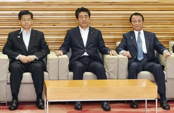 지난 2일 일본 정부가 한국을 화이트리스트 국가에서 제외하는 내용의 각의 결정을 하기 위해서 아베 신조 총리(가운데)와 각료들이 모여 있다. 교도 연합뉴스