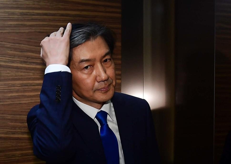 조국 전 청와대 민정수석이 9일 오후 서울 종로구 적선현대빌딩에서 법무부 장관 후보자 지명에 대한 입장을 말한 뒤 엘리베이터로 이동하고 있다.